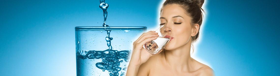 Frau trinkt gefiltertes Wasser